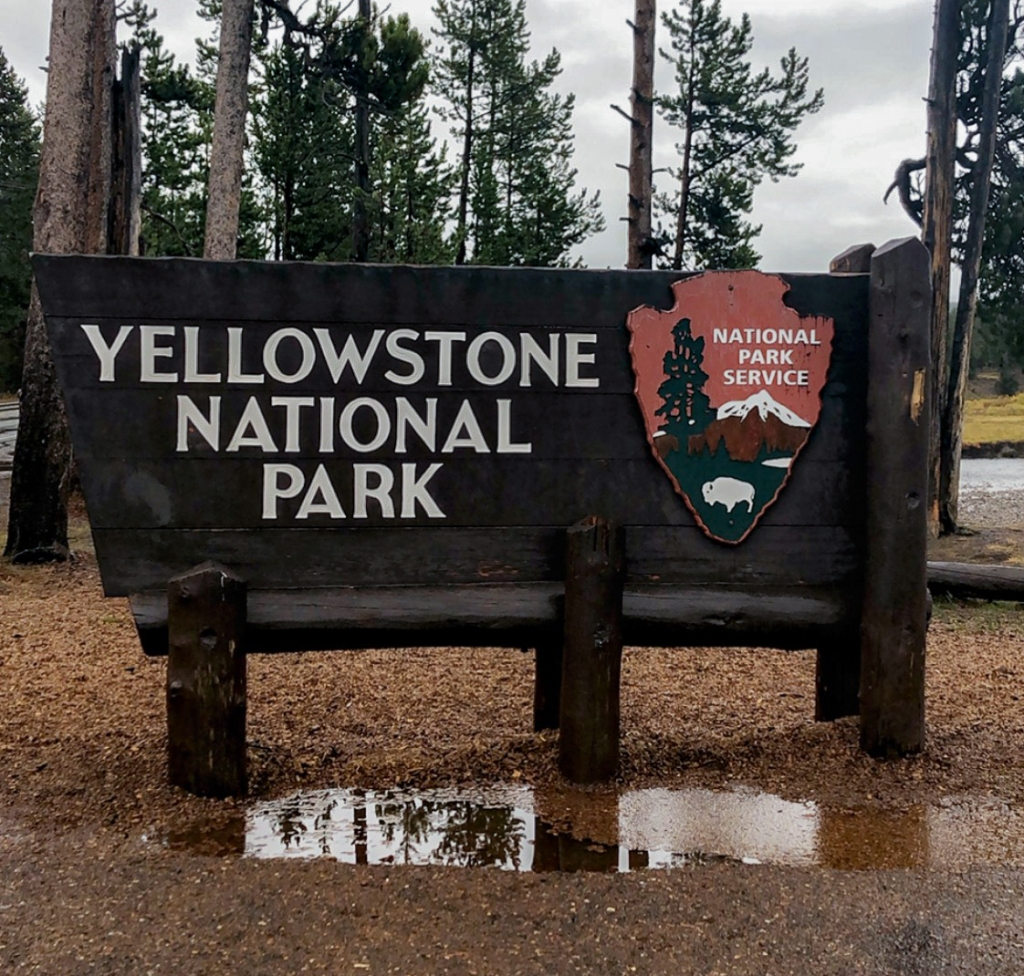 picture of entrance sign to Yellowstone National Park